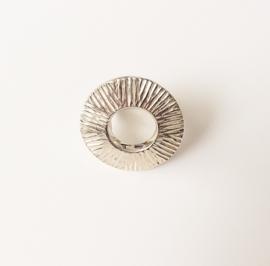 Zilveren bewerkte ring rond