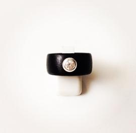 Houten ring met zilveren zetting en zirkonia steen (medium)
