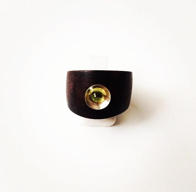 Houten ring breed met zilveren kommetje en peridoot edelsteen (lichtgroen)