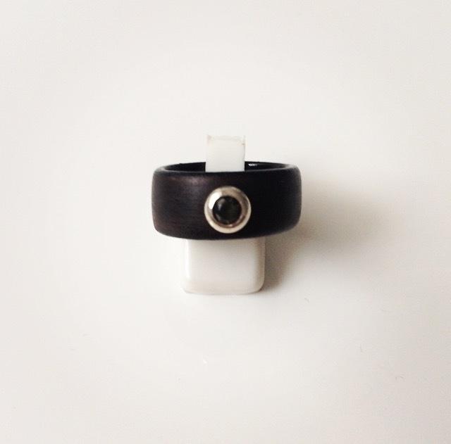 Houten ring met zilveren zetting en zirkonia steen (donkergroen medium)