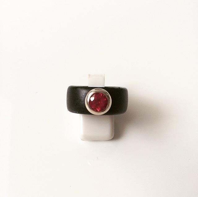 Houten ring met zilveren zetting en synthetische robijn (groot)