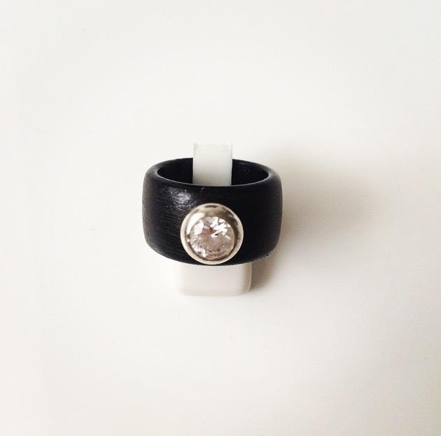 Houten ring met zilveren zetting en zirkonia steen (groot)