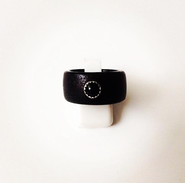 Houten ring met zilveren zetting en onyx edelsteen (zwart medium)