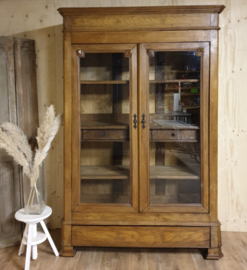 Antieke landelijke eikenhouten vitrinekast