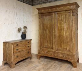 Antieke landelijke sobere eikenhouten Franse kast met bijpassende ladenkast