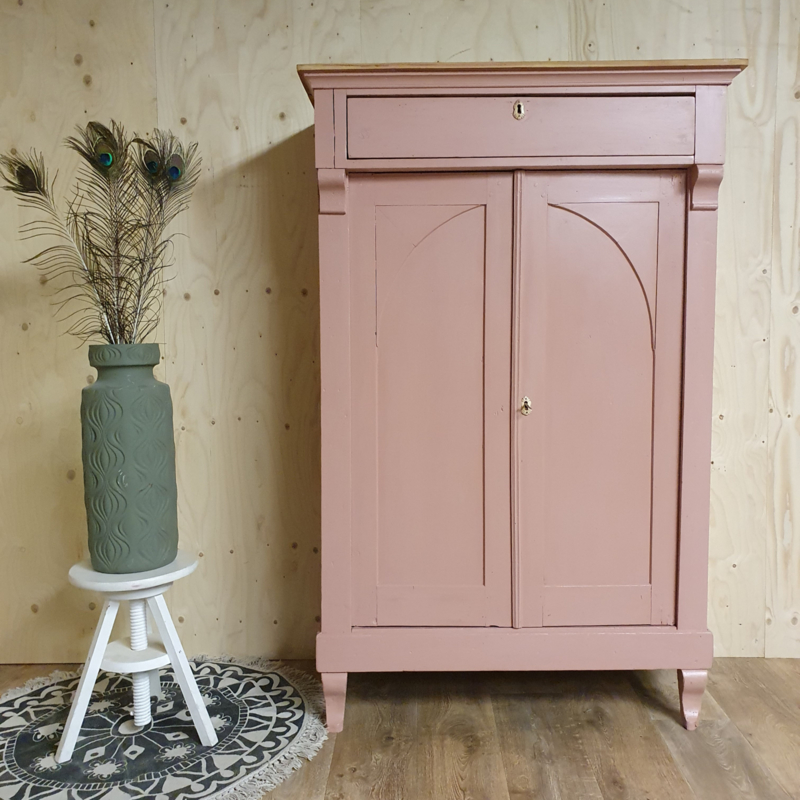 "Antieke landelijke meidenkast / poortkast ""Massai"" roze/zalmroze/pink"