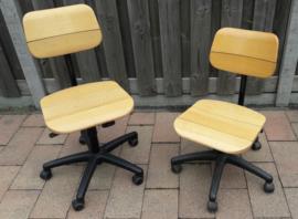 Set van twee werkplaatsstoelen Martin Stoll (houten zitting én rugleuning)