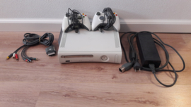 Xbox 360 Arcade (wit), 20 GB + 2 controllers + kabels