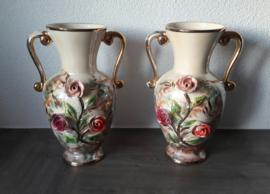 Set van twee mooie vazen met bloemreliëf (28 x 17 cm)