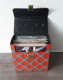 Collectie van 38 vinyl singles (exclusief vintage opbergbox)