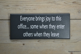 Tekstbord Everyone brings joy to this office