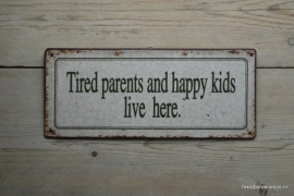 Tekstbord Tired parents and happy kids live here