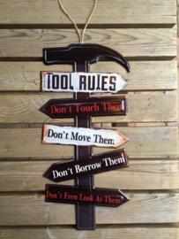 Tekstbord Tool Rules op hamer