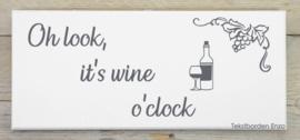 Tekstbord Oh look, it's wine o'clock