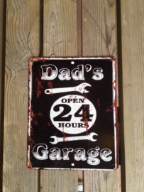 Tekstbord Dad's Garage, open 24 hours (klein)