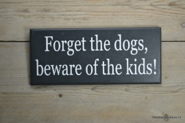 Tekstbord Forget the dogs, beware of the kids!