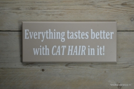 Tekstbord Everything tastes better with cat hair in it!