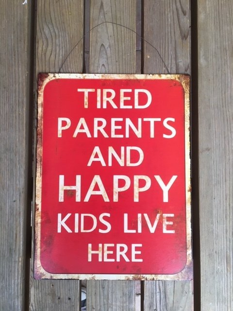 Tekstbord Tired parents and happy kids live here (rood)