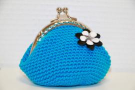 Gehaakte portemonnee blauw met bloem