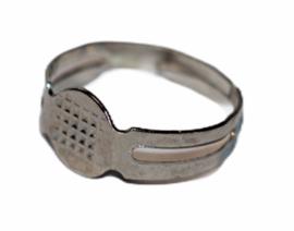 Verstelbare (kinder) ring dia 16 mm donker zilverkleur met plakvlak 7 mm.