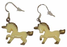 Oorbelletjes unicorn zachtgeel, zilver haakje