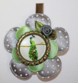 Haarclip bloem grijs/lichtgroen - bottlecap met pauw -roosje