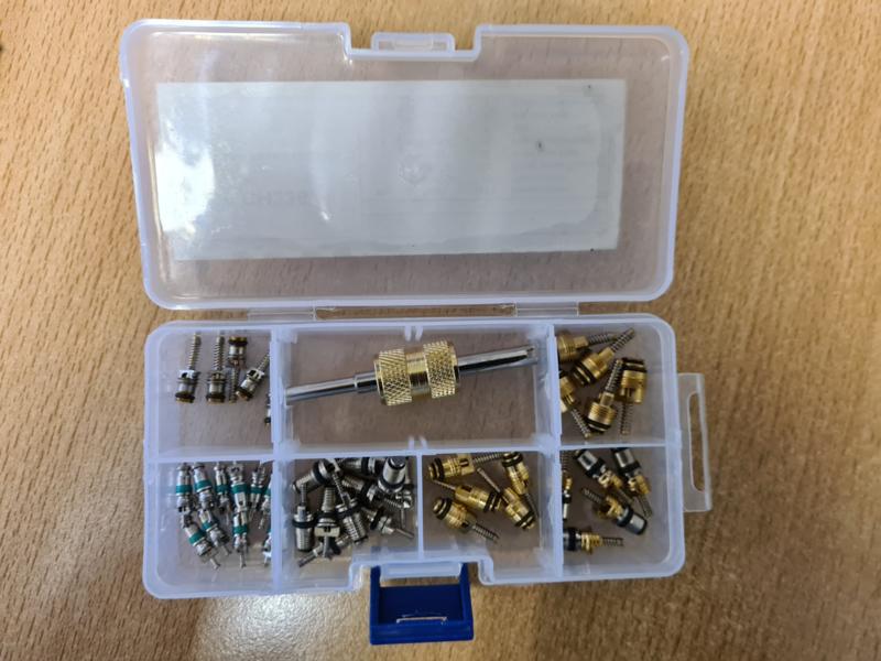 Schrader Gereedschap en diverse schradersventielen in een set  CH-236
