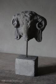Ramskopje op stenen voet -Il Cupido-