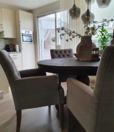 Ronde tafel met eetkamerstoelen