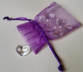 Glazen hartjes in paars organza zakje