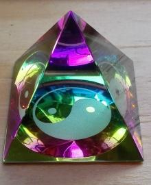 Kristal piramide Yin Yang.