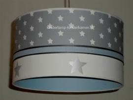 Kinderlamp lichtgrijze sterren zilveren sterren en lichtblauw