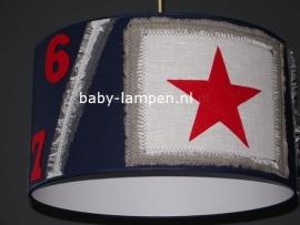 kinderlamp stoer donkerblauw vilten ster en cijfers rood met beige vlak