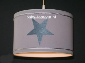 kinderlamp grijs drie donkergrijze steren en zilver bandjes