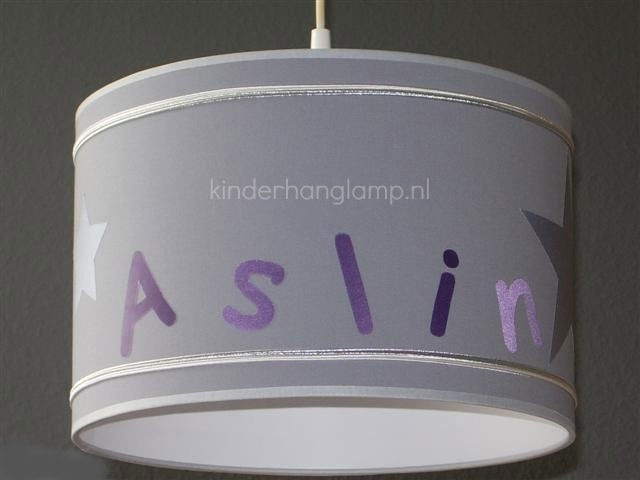 Kinderlamp met naam licht grijs en paars zilveren bandjes