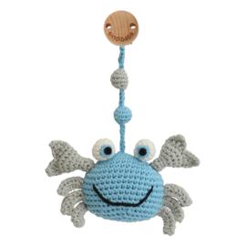 Sindibaba Kinderwagenclip  Krab blauw/wit met rammelaar