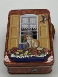 Blikje | Rode kat voor het raam