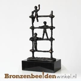 """Beroepen beeldje onderwijs of kinderopvang """" Spelende kinderen op klimrek"""" BBW005br77"""