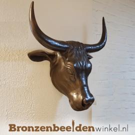 Bronzen stierenkop aan de muur