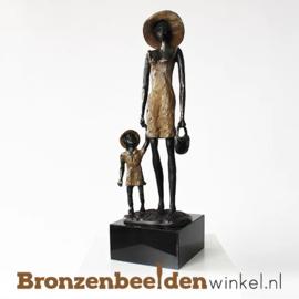 """Beeld """"Moeder en kind de wijde wereld in"""" BBW004br04"""
