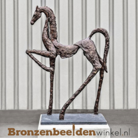 Abstract paardenbeeld voor in de tuin BBW60601