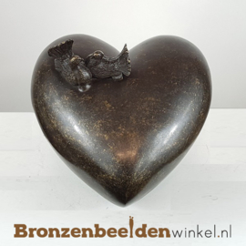 """Bronzen urn """"Hart met tortelduifjes"""" BBW0568br"""