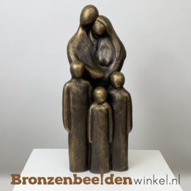 """Beeldje """"Vader en moeder met 3 kinderen"""" BBW063br03"""