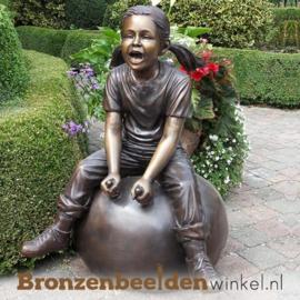 Meisje op skippybal als tuinbeeld BBW952