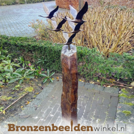 Abstract tuinbeeld ''De 5 ganzen'' op Basalt sokkel