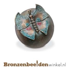 Bronzen vlinder op bol BBW20253