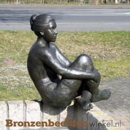 Groot vrouwenbeeld voor in de tuin BBW1091
