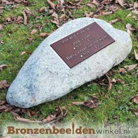Urn gedenksteen zwerfkei met bronzen gedenkplaat