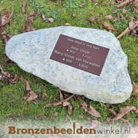Grafsteen zwerfkei met bronzen gedenkplaat