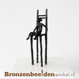 """Beeldje """"Meisje op stoel"""" BBW005br84"""
